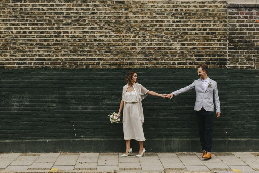bd0d5ae41e6 Αν και είναι ένα γενικά παραδοσιακό φόρεμα, η νύφη έβαλε μία μοντέρνα  πινελιά με αυτά τα παπούτσια σε υπέροχο πράσινο της μέντας.