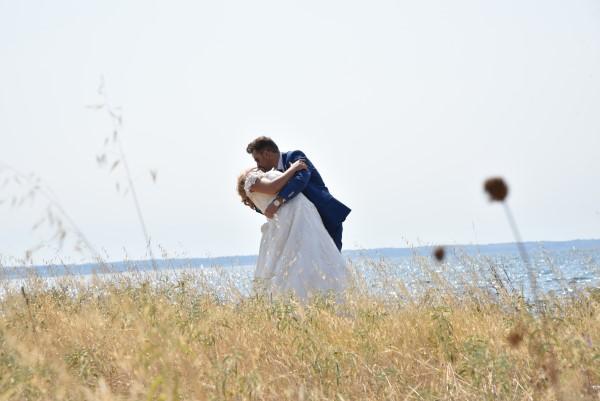 877fa287e55f Ένας γάμος με καλοκαιρινή αύρα για τη Λένα και το Βασίλη! • ogamosmas.gr